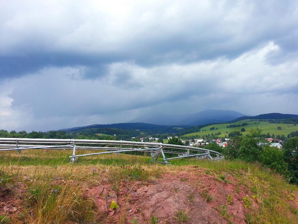 Výhled na Krkonoše z bobové dráhy v areálu Mladé Buky