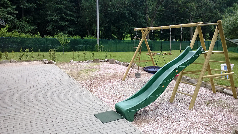 Dětské hřiště s klouzačkou