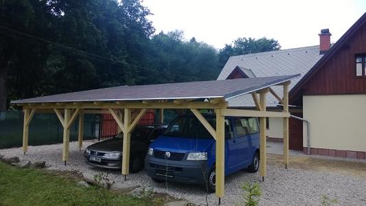 Kryté stání pro vozy vedle chaty