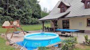 Venkovní bazén u chaty Pod lesem