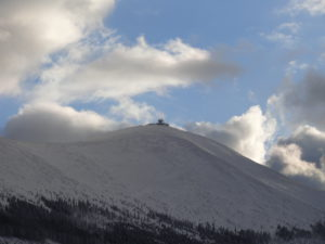 Vrchol Sněžky, na který musí závodníci s bagáží vyšlápnout