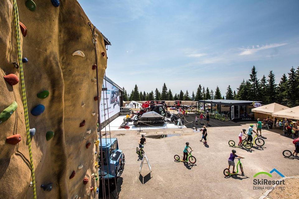 Umělá lezecká stěna na vrcholu Černé hory